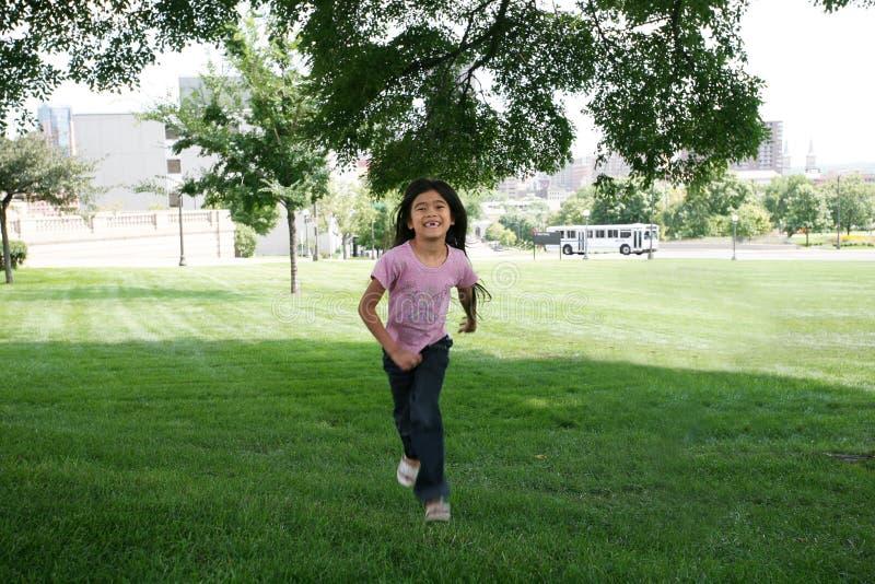 dziewczyna biegacza przez dziedziniec zdjęcia royalty free
