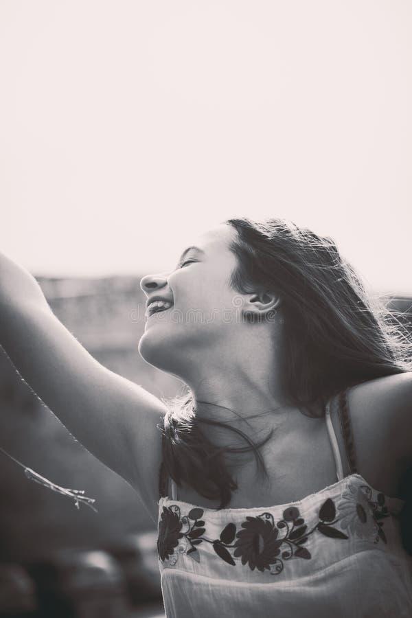 dziewczyna biel szczęśliwy odosobniony uśmiechnięty nastoletni obraz royalty free