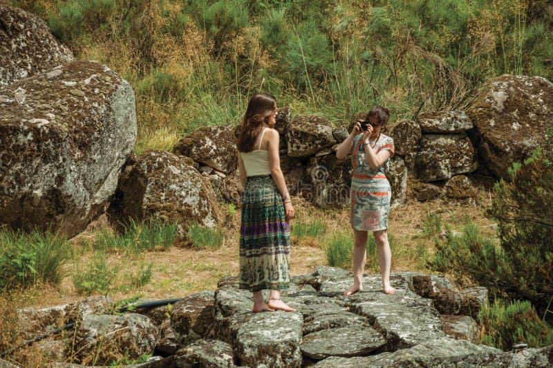 Dziewczyna bierze obrazek inna dziewczyna w?r?d skalistego krajobrazu fotografia royalty free