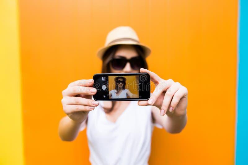 Dziewczyna bierze obrazek na smartphone autoportrecie, parawanowy widok zdjęcia stock