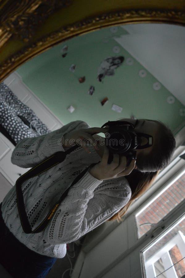dziewczyna bierze obrazek ona w lustrze z kamerą zdjęcia stock