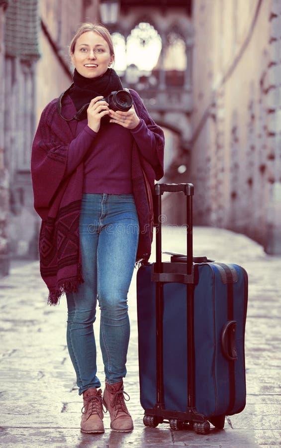 Dziewczyna bierze obrazek z kamerą w miasteczku zdjęcie royalty free