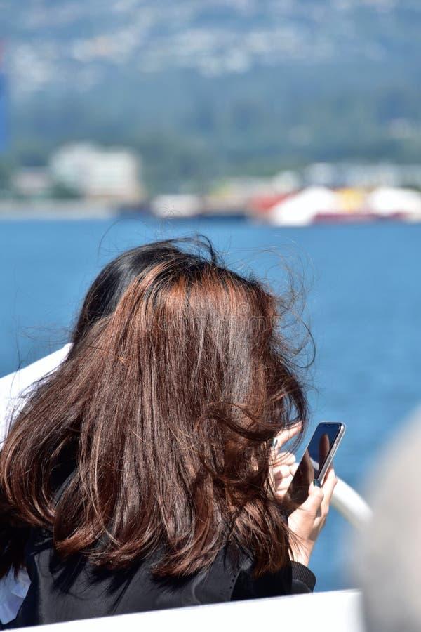 Dziewczyna bierze obrazek z m?drze telefonem zdjęcie stock