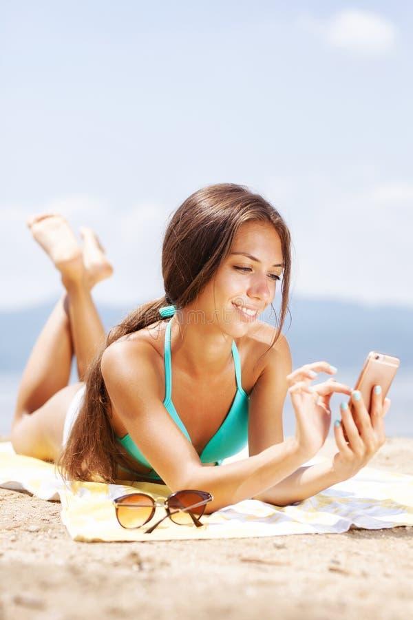 Dziewczyna bierze selfie na plaży zdjęcia stock