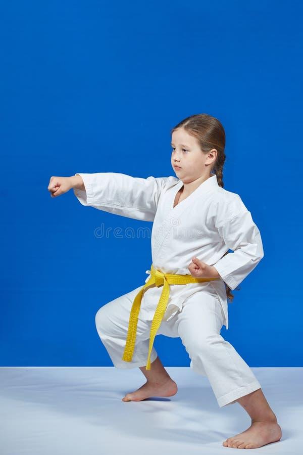 Dziewczyna bije cios rękę w stojaku karate obrazy stock