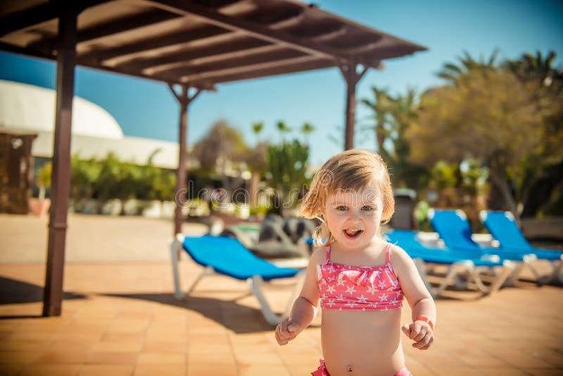 Download Dziewczyna blisko basenu obraz stock. Obraz złożonej z leisure - 53791881