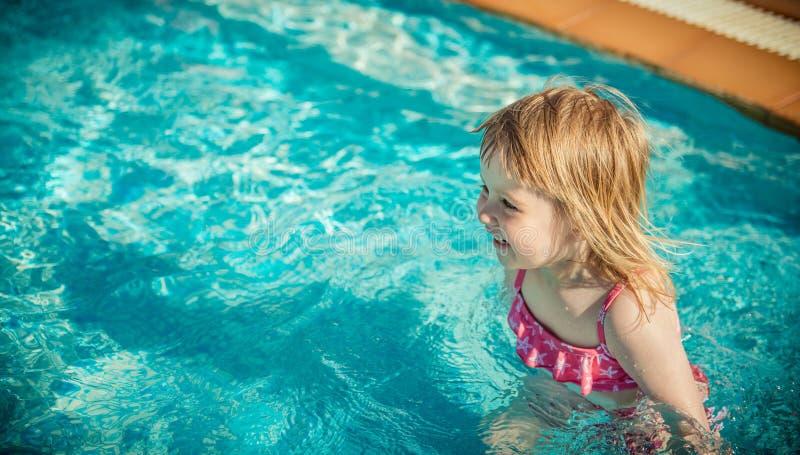 Download Dziewczyna blisko basenu zdjęcie stock. Obraz złożonej z dzieciak - 53792110