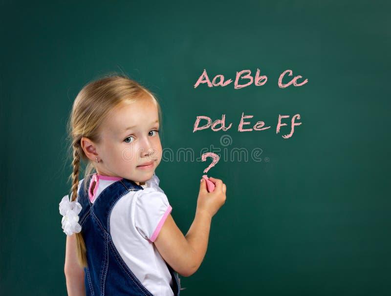 Dziewczyna blisko blackboard zdjęcia stock