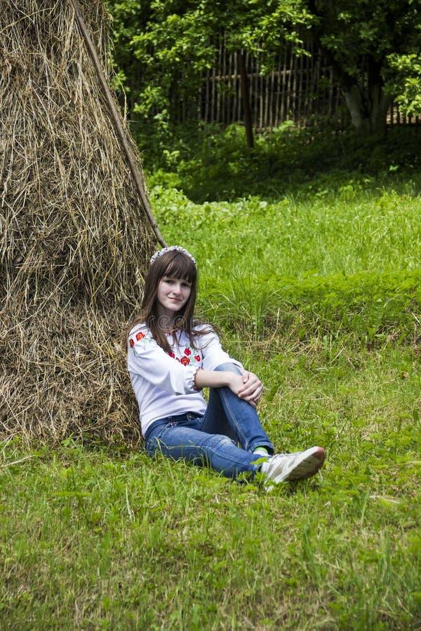 Dziewczyna blisko haystack zdjęcie royalty free
