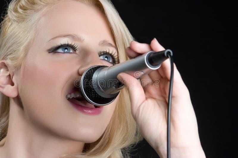 dziewczyna blond śpiew obraz royalty free