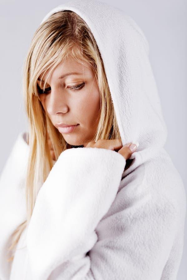 dziewczyna blondyna hood nosi biały zdjęcia royalty free