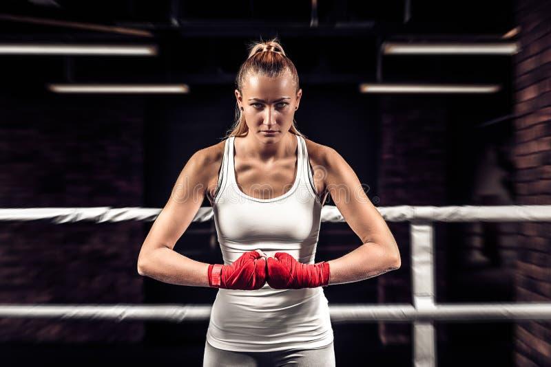 Dziewczyna boksera pięści z czerwonym bandażem przygotowywającym dla walki zdjęcia stock