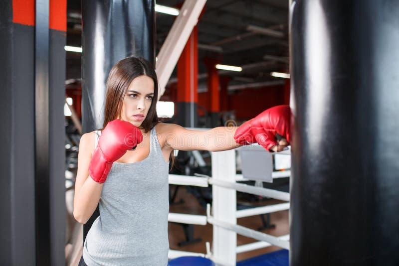 Dziewczyna boksuje uderza pięścią torbę obrazy royalty free