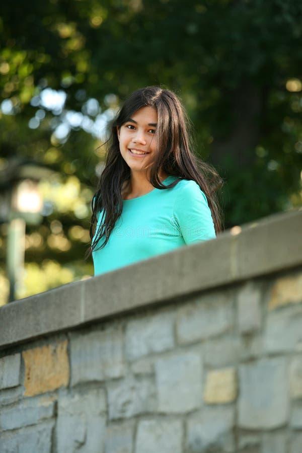 dziewczyna bridge stoi nastoletnich young zdjęcia stock