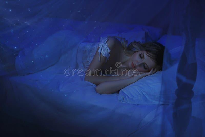 Dziewczyna budził się up na Bożenarodzeniowej nocy i w jej pokoju obracał ona w czarodziejskiego princess cud obracający, magia obrazy stock