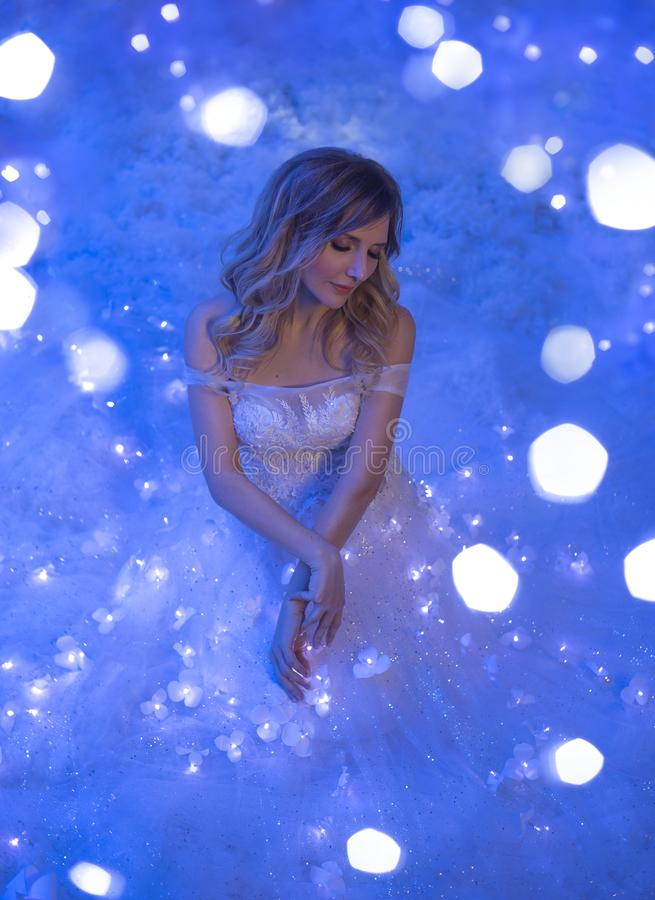 Dziewczyna budził się up na Bożenarodzeniowej nocy i w jej pokoju obracał ona w czarodziejskiego princess cud obracający, magia obrazy royalty free