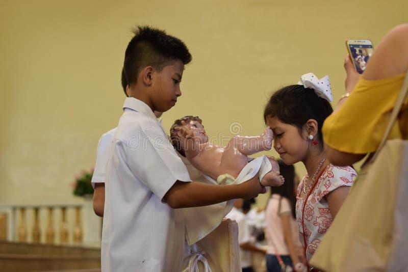 Dziewczyna buziak ikony statua dziecięcy jezus chrystus na święto bożęgo narodzenia obrazy royalty free
