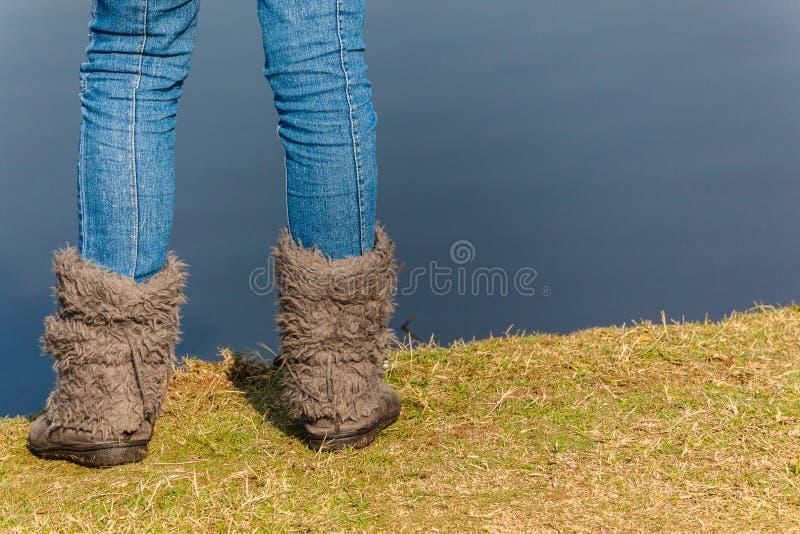 Dziewczyna cajgów butów nóg szkło Nawadnia Rzecznej trawy obraz stock