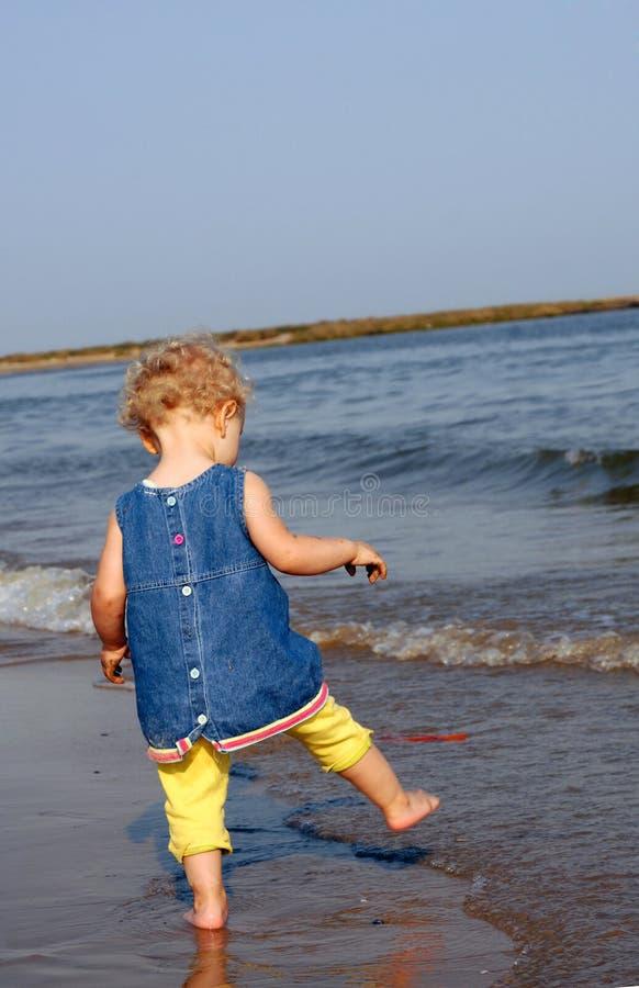 dziewczyna chłodniczy cieki jej mały morze zdjęcia stock
