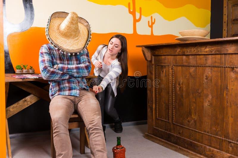 Dziewczyna chce kraść kiesy od mężczyzna który dostać opiłym i spadał zdjęcie royalty free