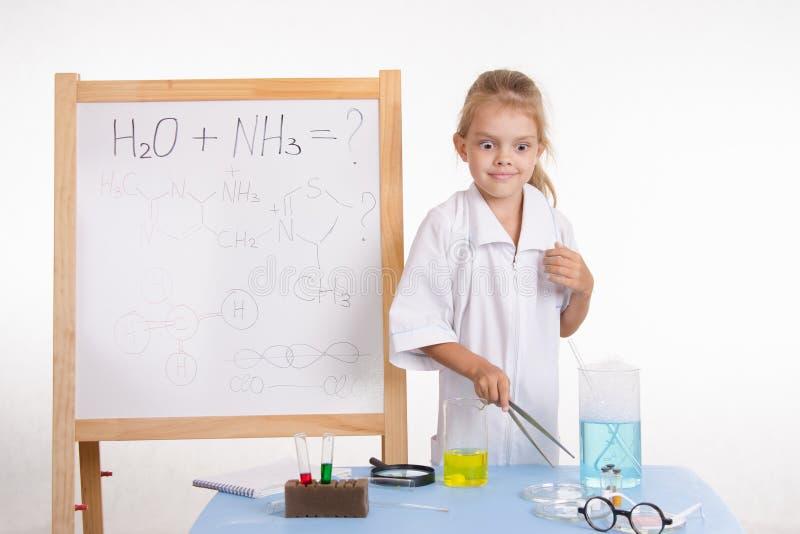 Dziewczyna chemik bardzo zaskakujący rezultatami doświadczenie zdjęcia royalty free