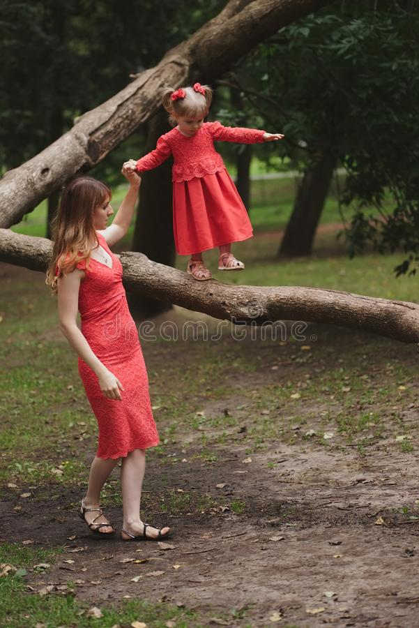 Dziewczyna chodzi na drzewie z mamą zdjęcia stock
