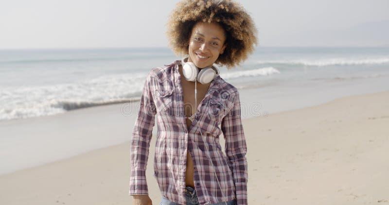 Dziewczyna Chodzi Na plaży Z hełmofonami obrazy royalty free