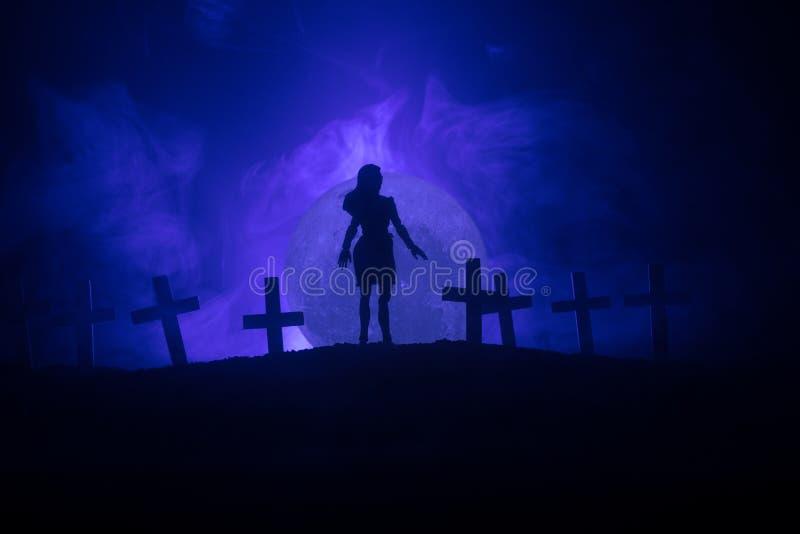 Dziewczyna chodzi samotnie w cmentarzu przy nocą zdjęcia royalty free