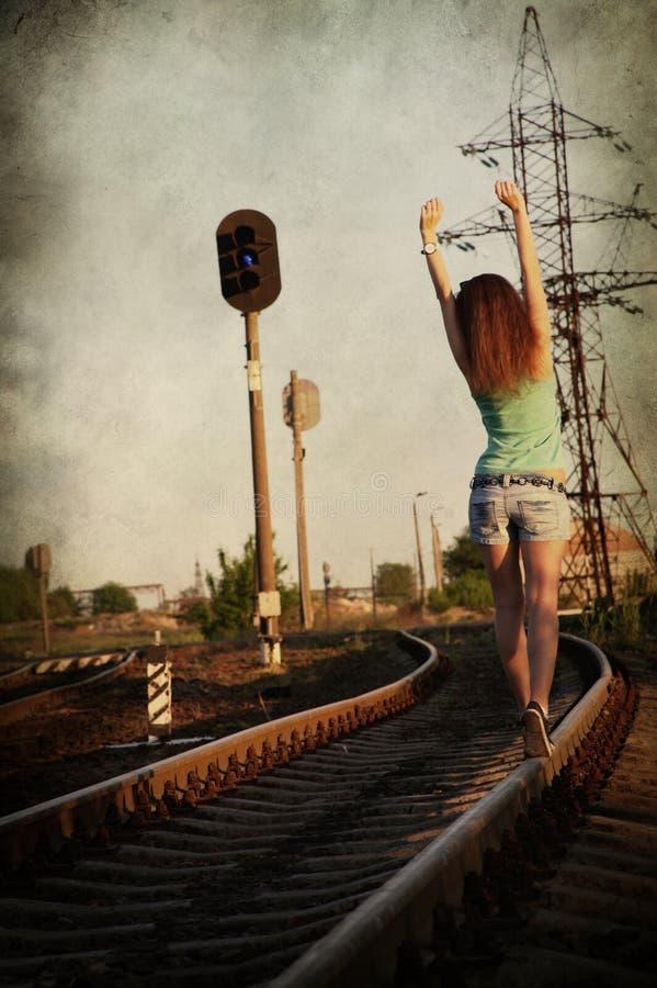 Dziewczyna chodzi samotnie wzdłuż akademia królewska śladu zdjęcie royalty free