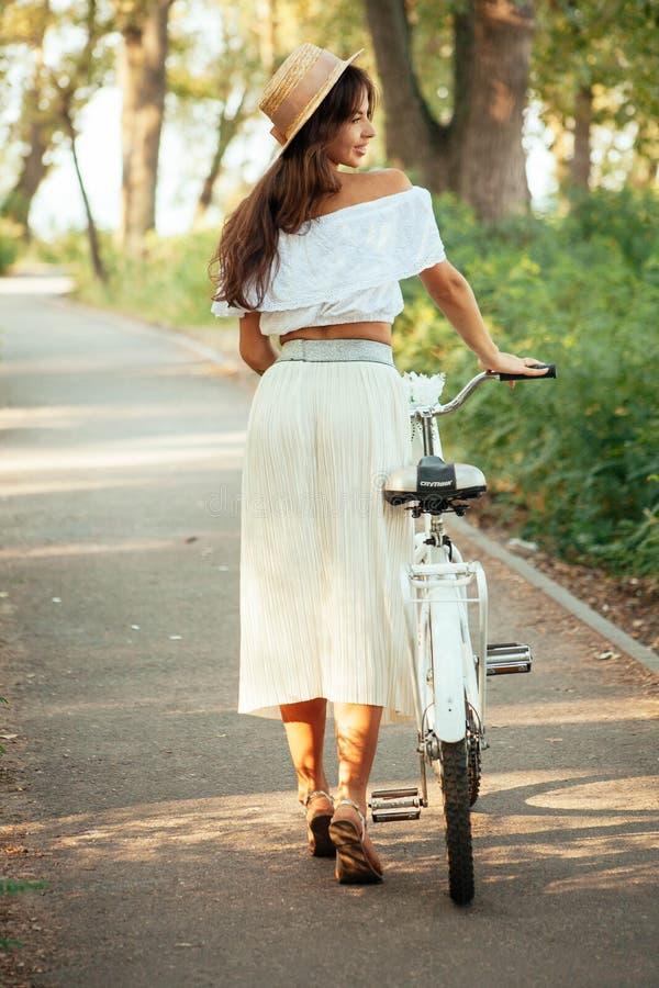 Dziewczyna chodzi z bicyklem zdjęcia royalty free