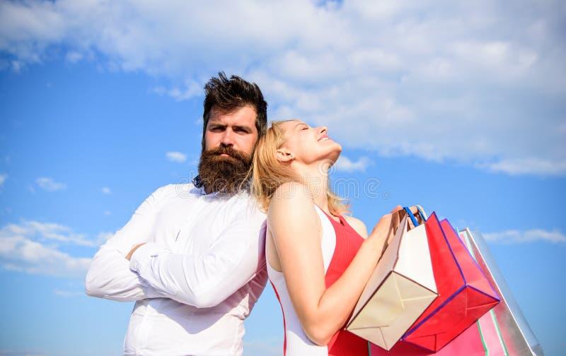 Dziewczyna chwyta wiązki torba na zakupy prezentów urodzinowy rocznicowy wakacje Hojność jest znacząco znamieniem dla mężczyzna m zdjęcia royalty free