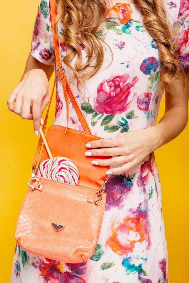Dziewczyna ciągnie out dużego karmel od torby zdjęcie royalty free