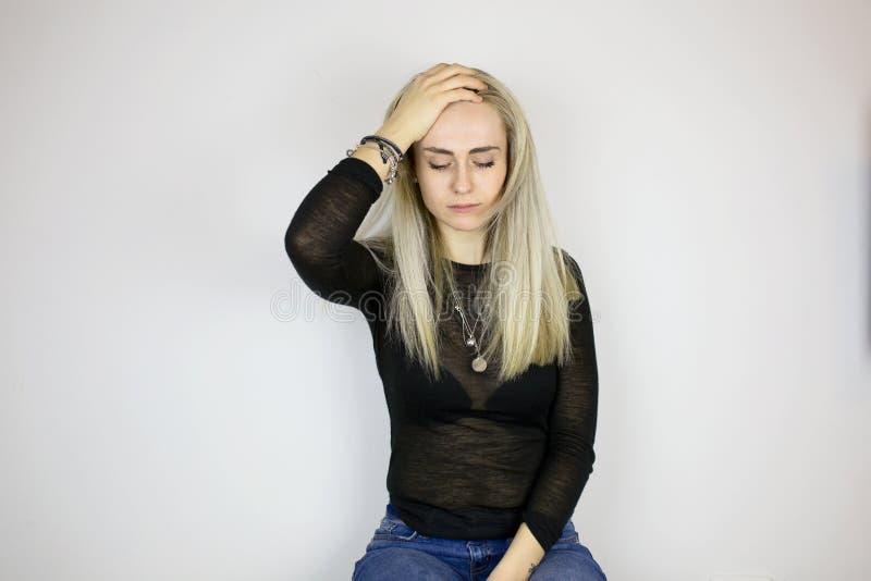 Dziewczyna cierpi od migreny, trzyma jej głowę z ręką zdjęcia royalty free
