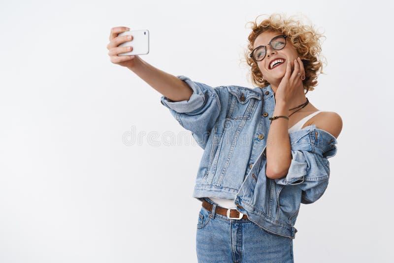 Dziewczyna cieszy się brać selfie na nowym smartphone, urocza kamera i doskonalić lekką fotografię pozuje śmiać się szczęśliwie n obraz stock