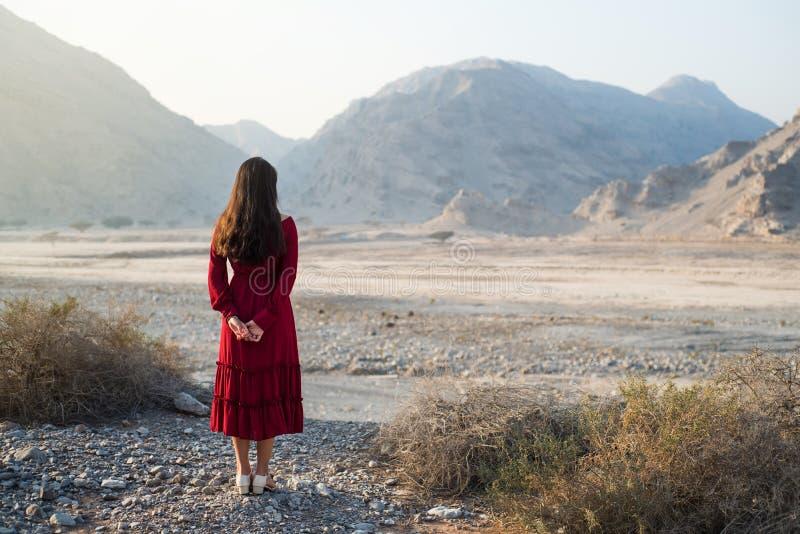 Dziewczyna cieszy się deserową doliny i góry scenerię zdjęcia stock
