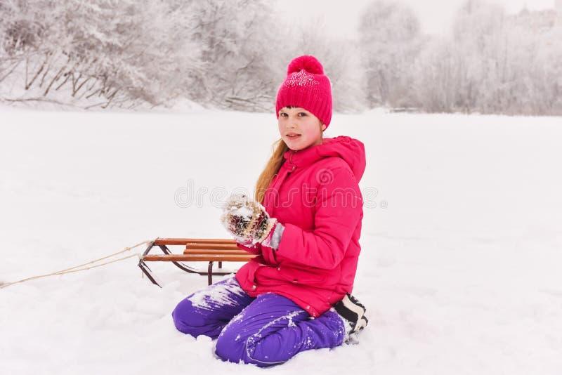 Dziewczyna cieszy się dzień bawić się w zima lesie zdjęcia royalty free