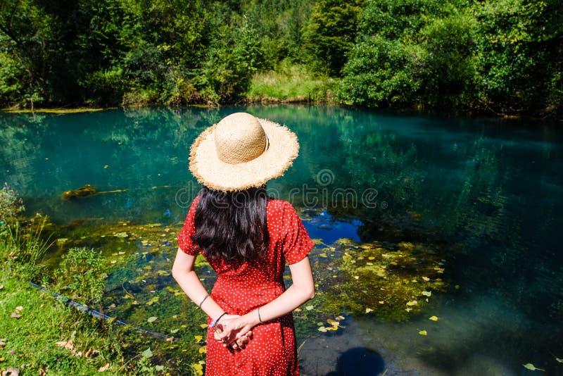 Dziewczyna cieszy się dzień outdoors przy naturalnym wodnym well obrazy stock