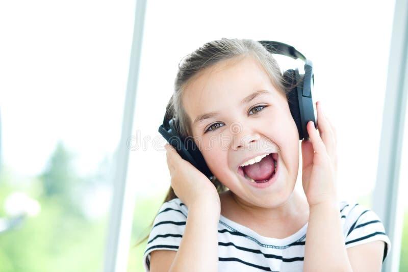 Dziewczyna cieszy się muzykę używać hełmofon zdjęcia stock