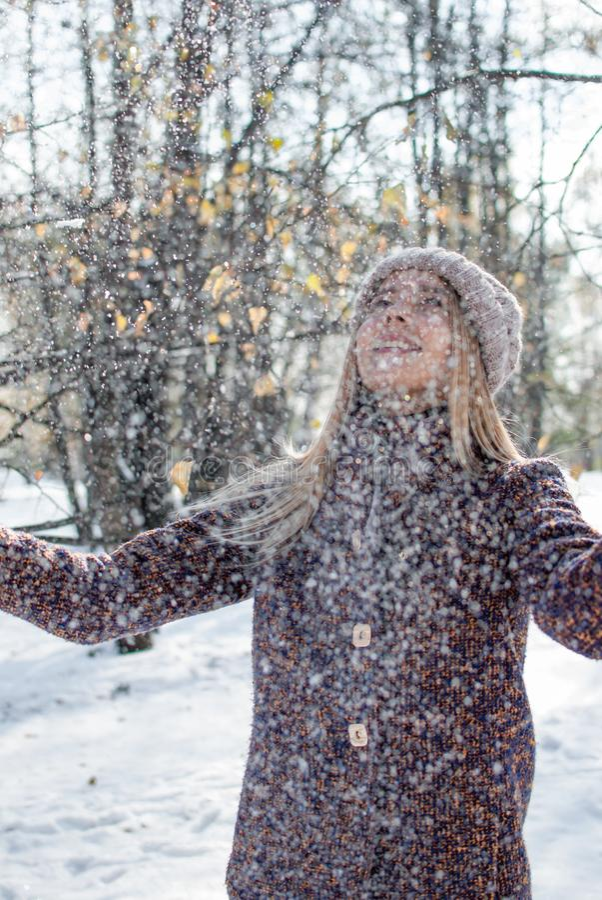 Dziewczyna cieszy się pierwszy śnieg fotografia royalty free