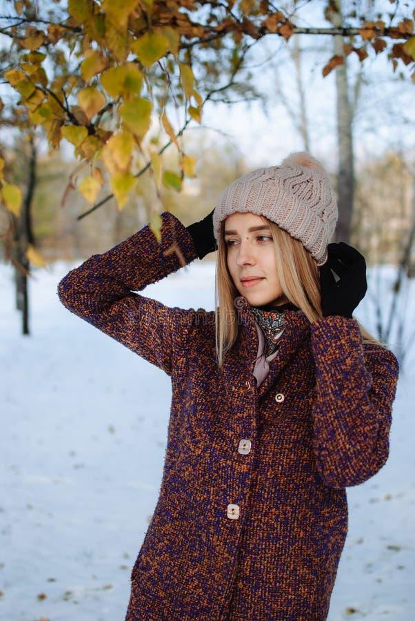 Dziewczyna cieszy się pierwszy śnieg zdjęcie stock