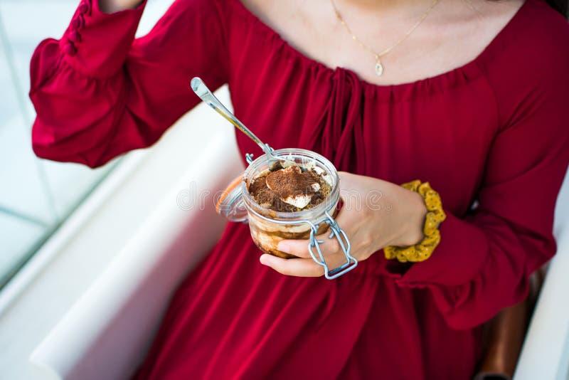 Dziewczyna cieszy się Tiramisu w restauraci fotografia royalty free