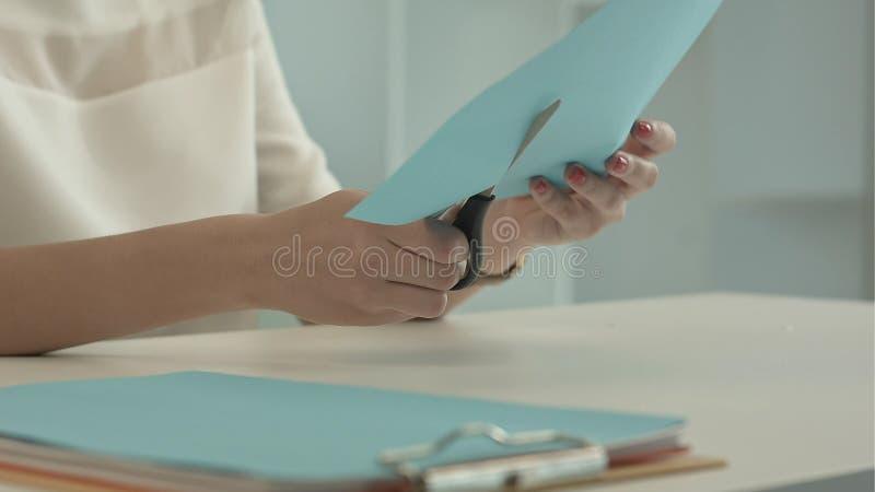 Dziewczyna ciie koloru błękitnego papier z nożycami zdjęcie royalty free