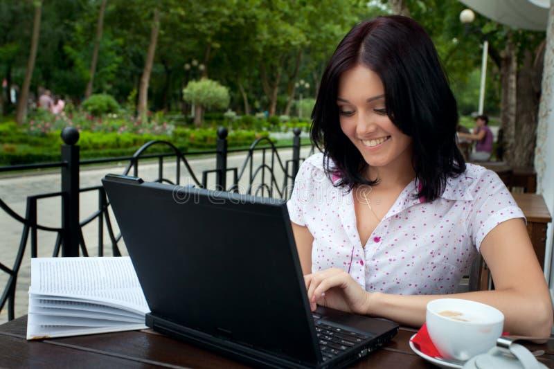 dziewczyna cukierniany laptop obrazy stock