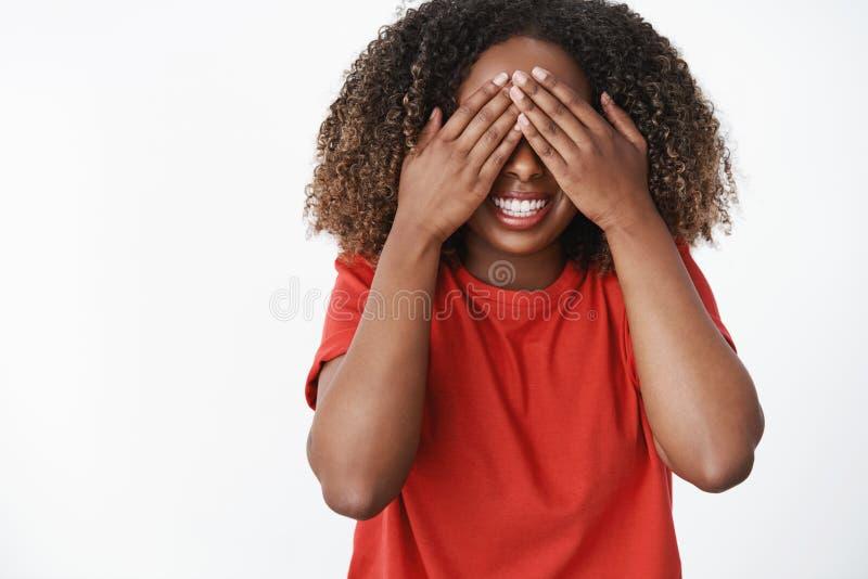 Dziewczyna czekać na rozkaz otwierać oczy i widzieć jaki niespodzianka przyjaciel zrobił Portret z podnieceniem i szczęśliw fotografia stock