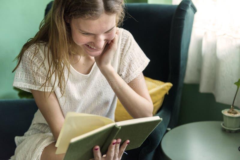 Dziewczyna czyta książkę w domu zdjęcia stock