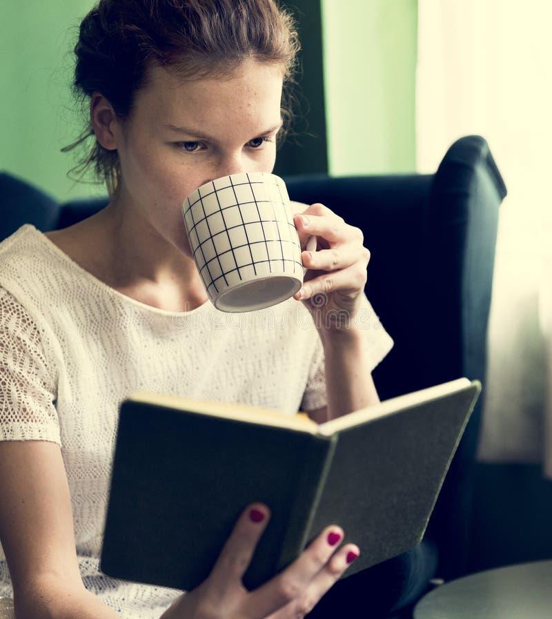 Dziewczyna czyta książkę w domu zdjęcie stock