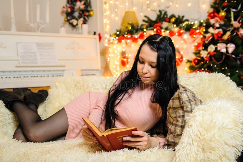 Dziewczyna czyta książkę w nowym roku zdjęcia royalty free