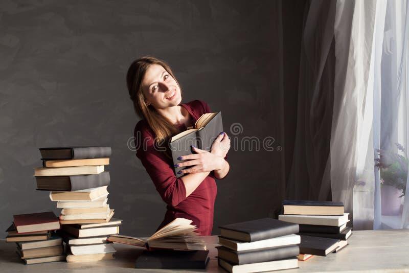 Dziewczyna czyta mnóstwo książki w domu zdjęcia royalty free