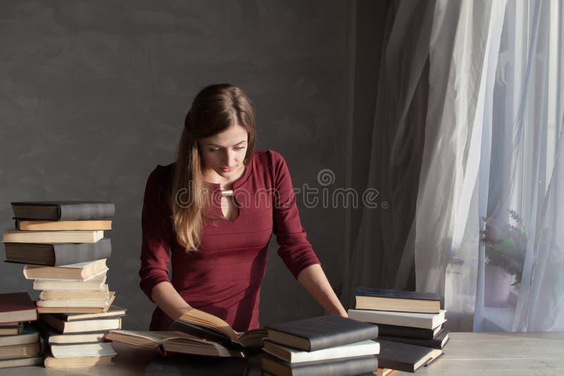 Dziewczyna czyta mnóstwo książki w domu obrazy royalty free