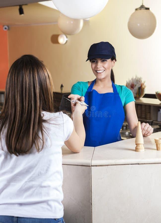 Dziewczyna Daje dolar notatce kelnerka W lody bawialni fotografia royalty free